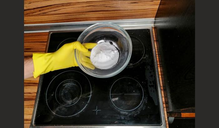 Step 1: Step 1: Sprinkle the ceramic hob with baking soda